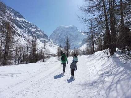 Richard, Nico and Maya walk towards Mont Collon