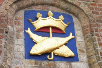 Crown and fishes