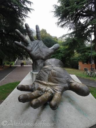 16 Hands sculpture, Como